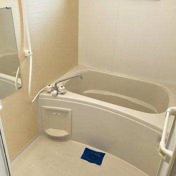 バスルームはシンプル。窓付きは嬉しい!※写真は10階の同間取り別部屋のものです