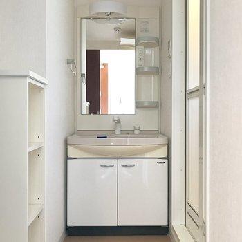 脱衣所奥に洗面台。※写真は10階の同間取り別部屋のものです