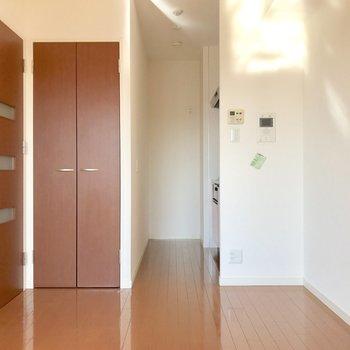 奥にキッチン。生活動線が確保しやすいね。※写真は10階の同間取り別部屋のものです