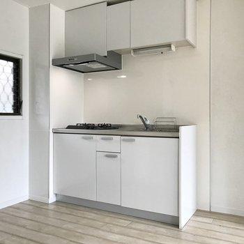 キッチンもホワイト。清潔感がありす。冷蔵庫はお隣に。