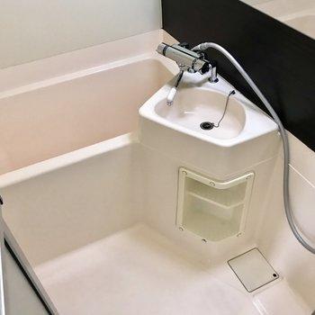 お風呂は2点ユニット。こう見えて、サーモ水栓です!