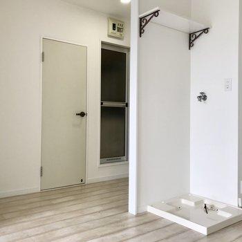 キッチン後ろが洗濯機置き場。さらに後ろが水回り。(扉の横にラックが置けそうでしょ?)