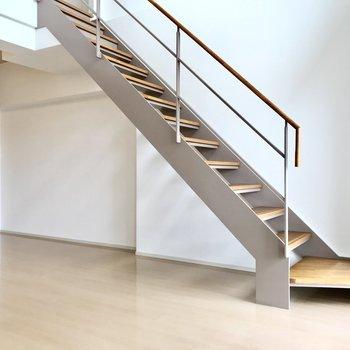 スケルトン階段なので圧迫感もありませんよ。