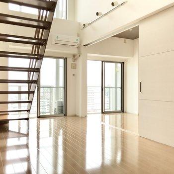 リビング横にはスライドドアで仕切られた洋室が1部屋。