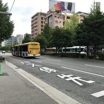 目の前は住吉通り。博多駅や天神、薬院やその他方面までもバス1本です。もちろん徒歩でも◯