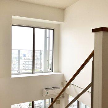 この窓があるからさらにお部屋が明るく感じるんだろうなぁ・・・。