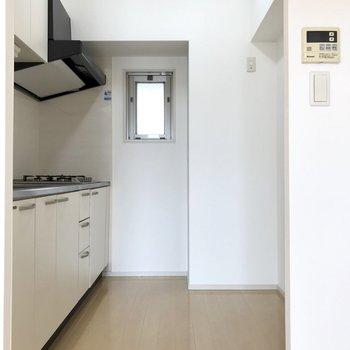 キッチンには冷蔵庫や食器棚も十分置けるスペースがありました。