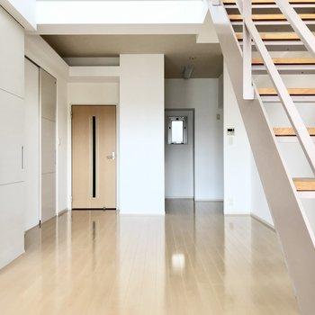 リビングはキッチンも合わせて14.9帖。縦長なので家具もゾーニングしやすいですね!