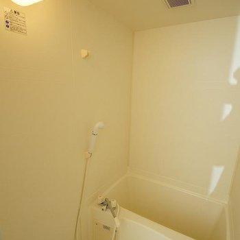 バスルームもすっきり※写真は6階の反転間取り別部屋のものです