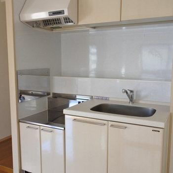 キッチンはコンロ持ち込み!※写真は6階の反転間取り別部屋のものです
