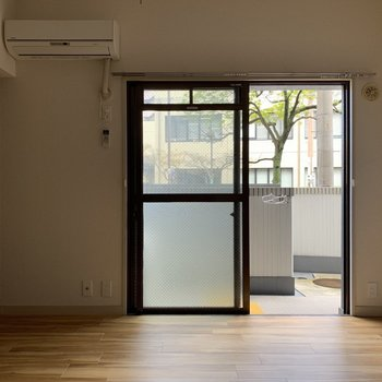窓はこの一つだけ。 でも大きいから部屋の中が明るくなります。