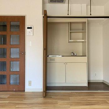 クローゼットの中にはなんとキッチンが! 冷蔵庫を置くスペースもあるから自炊にチャレンジしてみよう♪