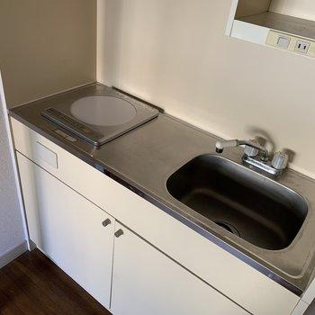キッチンはIH一口のコンパクトなタイプ。右上には小さい店もあって収納力有り!