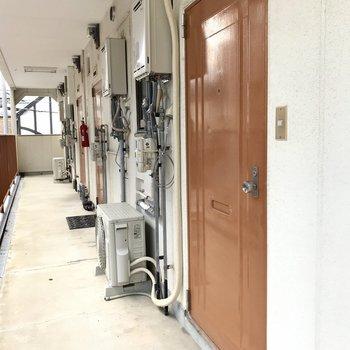 共用廊下です。扉の色が素敵。
