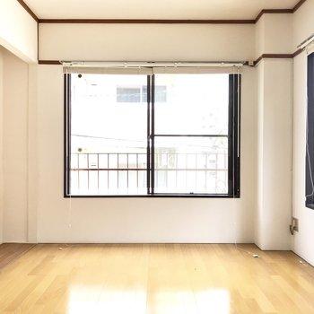 大きな2面の窓がお出迎え。明るいお部屋だ!