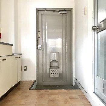 玄関もレトロで雰囲気◎シューズBOXはないけどキッチンが広めだから買って置きましょ。