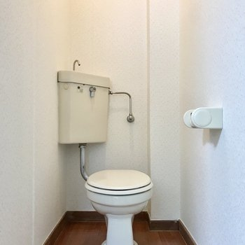 トイレはゆったりと。壁にポストカードをぺたぺた貼りたい