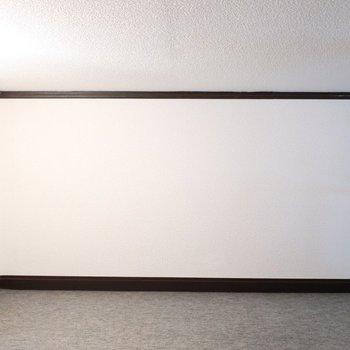 カーペット敷きで足元もほんのり温かい※写真は1階の同間取り別部屋のものです