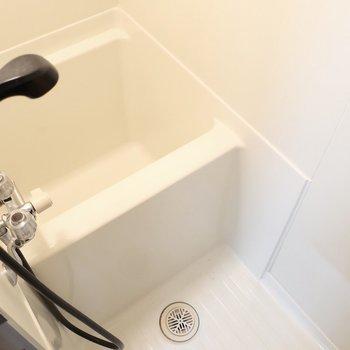 浴室はコンパクトながらもシャワーはしっかり完備です※写真は1階の同間取り別部屋のものです
