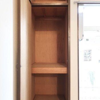 収納は上下にあるけど、スリムめだから工夫して使いましょう!※写真は1階の同間取り別部屋のものです