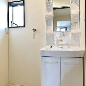 脱衣所に洗濯機を置けます。窓も付いてる!