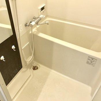 シンプルなバスルーム。鏡が大きいね