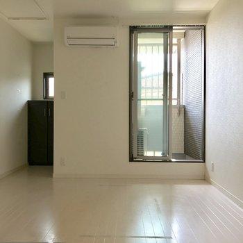 掃き出し窓は狭め。その分壁寄せで家具を置けるね