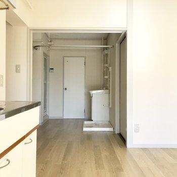 脱衣所はなく、洗面台は玄関前に剥き出しに。