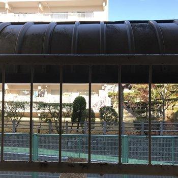 窓の先は駐輪場!けど高さがあってあんまり視線気にならない。