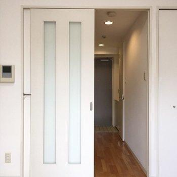 玄関まで木目調のフローリング!(※写真は5階の反転間取り別部屋のものです)