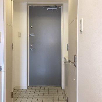 タイル張りの玄関。おしゃれ。(※写真は5階の反転間取り別部屋のものです)