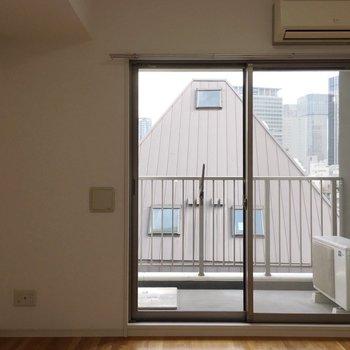 窓はお部屋に対して大きめ。(※写真は5階の反転間取り別部屋のものです)