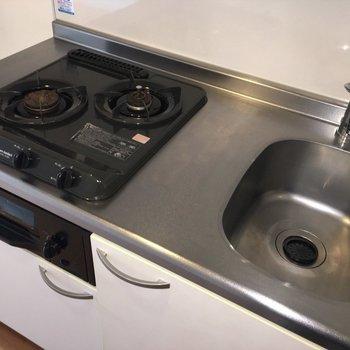 キッチンは2口ガスコンロ!(※写真は5階の反転間取り別部屋のものです)