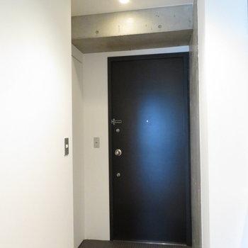 大きな玄関スペース。黒の扉もかっこいいですね(※写真は8階の同間取り別部屋のものです)