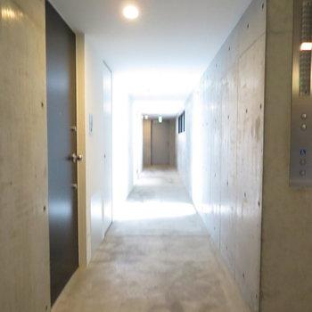 コンクリート打ちっぱなしの廊下