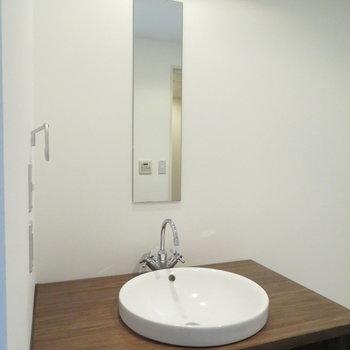 細長い鏡の洗面台ですね(※写真は8階の同間取り別部屋のものです)