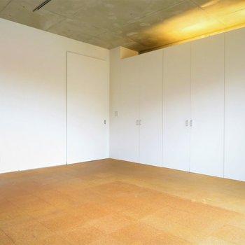 間接照明が柔らかい(※写真は8階の同間取り別部屋のものです)