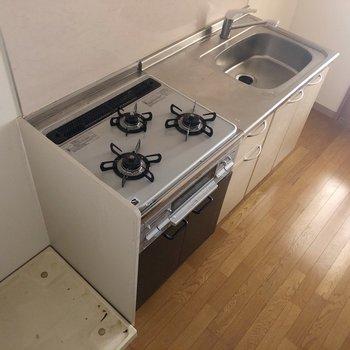 右側に冷蔵庫も置けますよ〜! ※写真はクリーニング・通電前のものです
