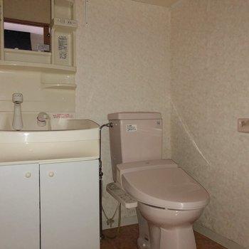 脱衣所とトイレは一緒になっています。 ※写真は通電前・フラッシュを使用して撮影しています