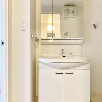 3面鏡の独立洗面台。 (※写真は6階の同間取り別部屋のものです)