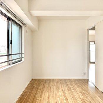 6.3帖の洋室は寝室に。ダブルベッドも置けます◎ (※写真は6階の同間取り別部屋のものです)