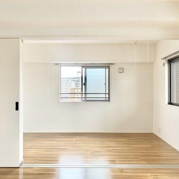 リビング隣は洋室。引き戸で仕切れます◎ (※写真は6階の同間取り別部屋のものです)