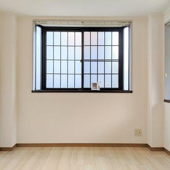 2面採光で明るいし、こちらの部屋がリビングかな。