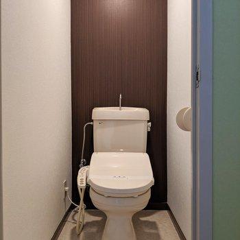 トイレはシック。ウォシュレット付きはうれしい!