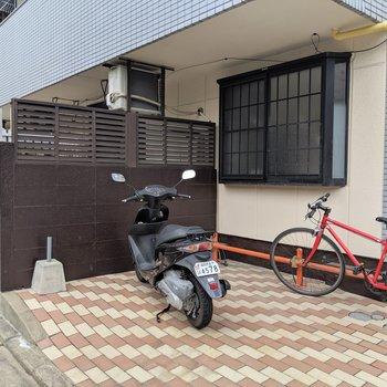 駐輪場の横の囲いがお部屋のテラス。