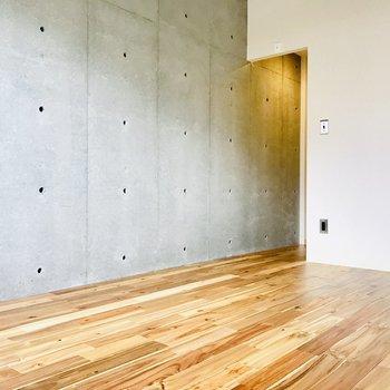 寝室の壁もコンクリート打ちっ放しなの!