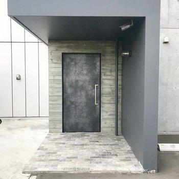 玄関は謎めいた雰囲気