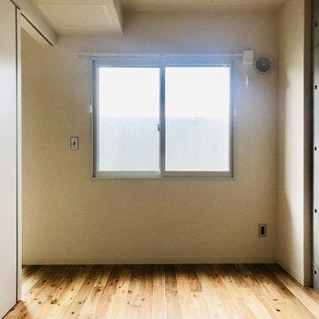 窓は高いうちにあるので、壁側に家具をおいても大丈夫!