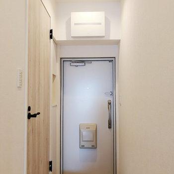 玄関はダウンライトが優しく迎え入れてくれますよ。