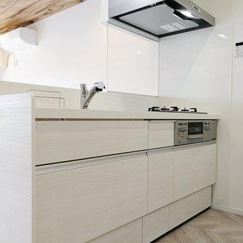 キッチンは明るい色で統一。
